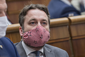 Luboš Blaha (SMER) s ochranným rúškom na tvári počas ustanovujúcej schôdze.