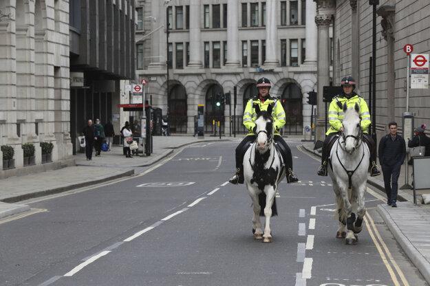 Britská policajná hliadka na koňoch kvôli bezpečnému odstupu ako prevencii pred nákazou koronavírusom prechádza po poloprázdnej ulici v Londýne.
