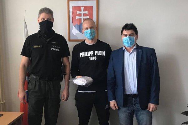 Radovan Puliš (v strede) odovzdal rúška žiarskym policajtom.