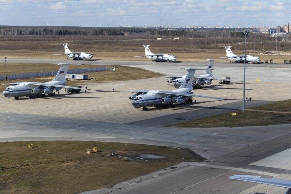 Ruské lietadlá tpyu IL-62 pripravené na prevoz zdravotníkov a materiálu.