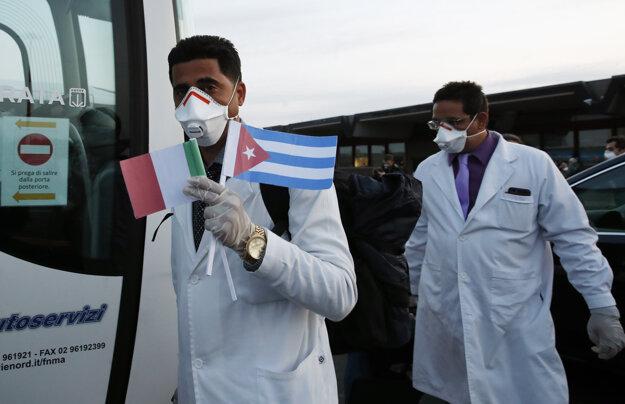 Do Talianska pricestovalo 53 lekárov a zdravotníkov z Kuby, ktorí budú pomáhať  počas pandémie koronavírusu v severotalianskom meste Crema.