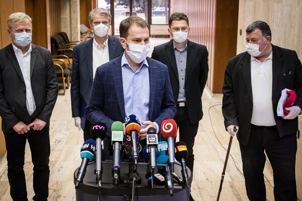 Igor Matovič a odborníci a členovia stáleho krízového štábu - Vladimír Krčméry, Peter Visolajský, Róbert Mistrík a Peter Škodný.