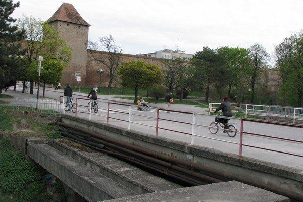 Motoristov čakajú na moste obmedzenia, chodci by mali prechádzať bez problémov.