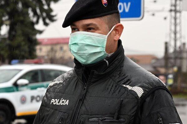 Polícia dohliada na dodržiavanie opatrení.