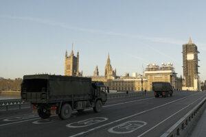 Nákladné autá britskej armády idú po Westminsterskom moste.