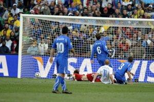 Róbert Vittek strieľa úvodný gól zápasu.