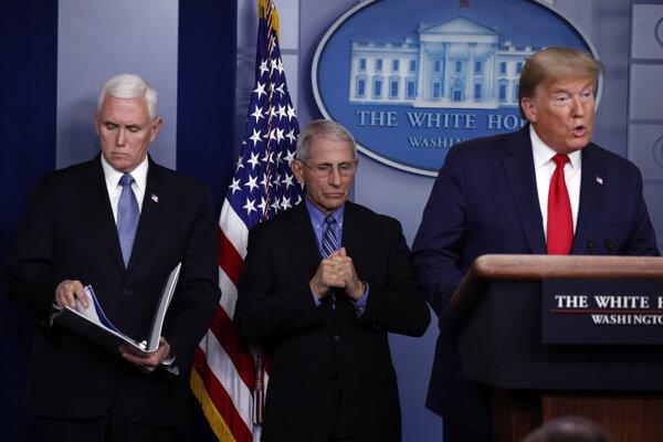 Hovorí prezident Trump, vedľa neho stojí odborník Fauci.