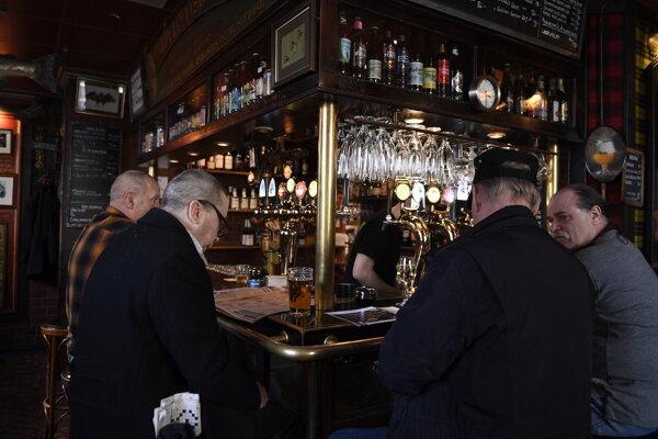 Švédske bary ostávajú otvorené, len by sa v nich nemalo sedieť na bare.