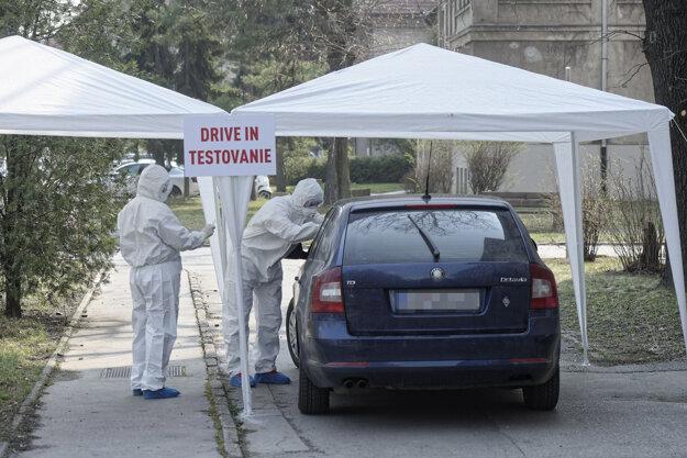 Testovanie pacientov s podozrením na ochorenie COVID-19  v areáli Univerzitnej nemocnice L. Pasteura v Košiciach.