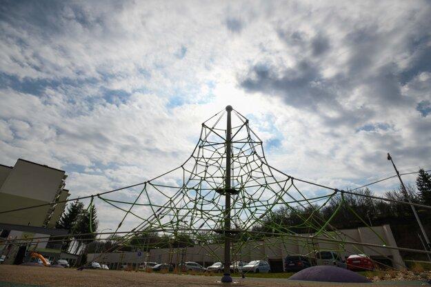 Lanová pyramída na detskom ihrisku v Starej Turej počas mimoriadnej situácie.