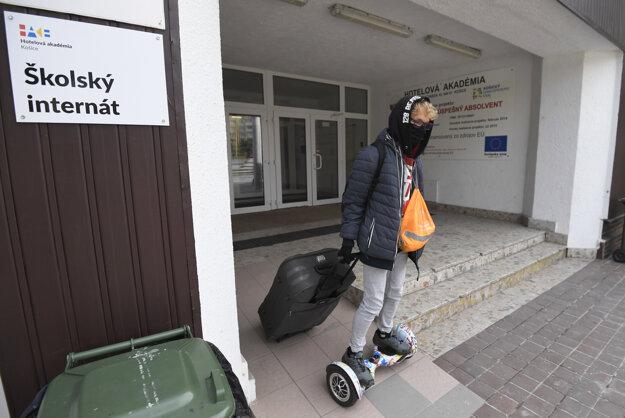 Študent opúšťa školský internát.