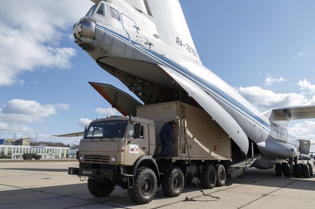 Nakladanie pomoci na vojenskom letisku v Moskve.