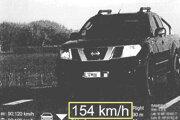 Vodič Nissanu prekročil rýchlosť o 64 km/h.