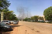 Dym stúpa po útoku islamistických extrémistov v centrálnej časti mesta Ouagadougou.