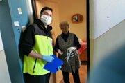 Dobrovoľníci pomáhajú roznášať osamelým dôchodcom rúška, či zabezpečiť nákupy.