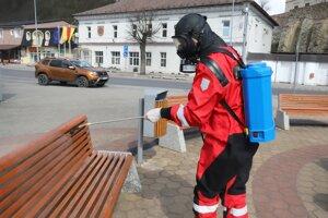 Dezinfikujúlavičky na verejných priestranstvách.