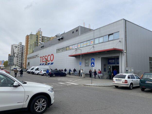 Vchod do Tesca v obchodnom centre Hron.