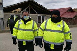 Igor a Ján z MOPS v Bystranoch hliadkujú pri vstupe do osady.