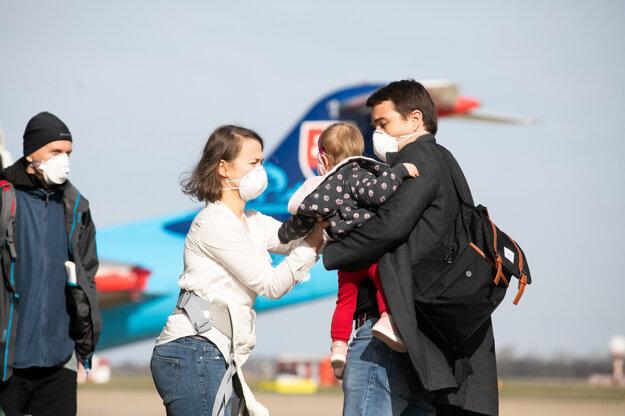 Občania Slovenskej republiky prechádzajú z letky ministerstva vnútra do autobusu po repatriačnom prílete z Írska a Fínska.