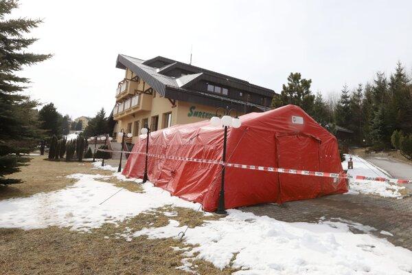 Jedno z karanténnych centier pre koronavírus sa nachádza na Donovaloch. Stredisko Smrekovec je centrum účelových zariadení patriace pod ministerstvo vnútra.