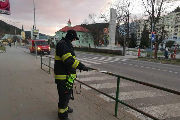 Dezinfekciou prechádzajú aj zábradlia v meste. Na snímke Ján Holda.