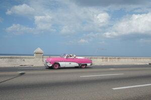 Legendárne klasické americké cadillacy v ružovom prevedení sú v Havane veľmi početné.