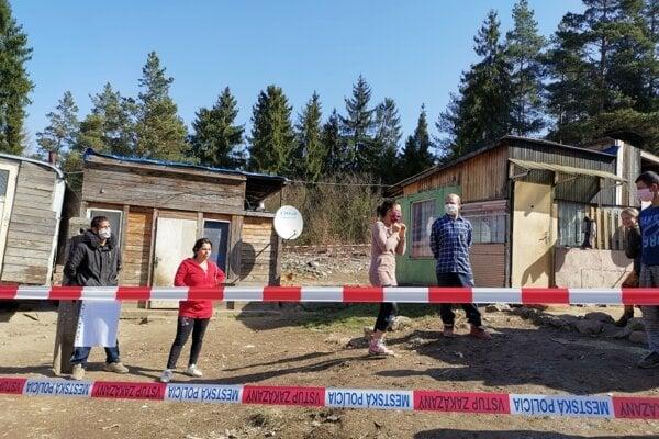 Obyvatelia osady v Háji ostávajú naďalej v karanténe.