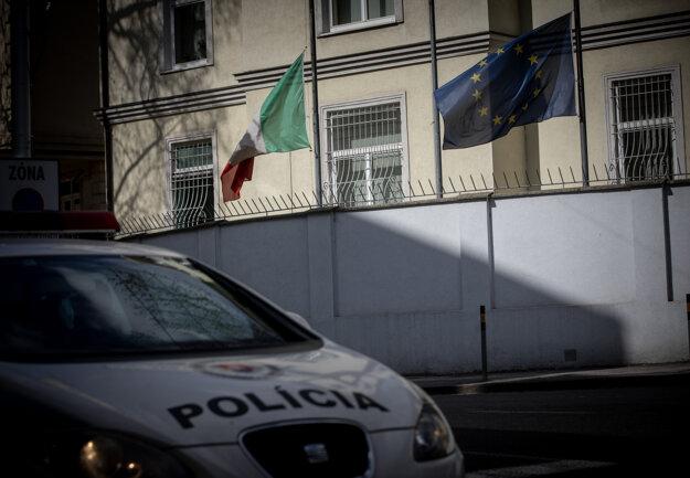 Vlajka Talianskej republiky pred budovou Talianskeho veľvyslanectva v Bratislave počas spustenia vlajky Európskej únie a štátnej vlajky Talianskej republiky na pol žrde v rámci prejavu úcty veľkému počtu obetiam epidémie COVID-19 spôsobenej koronavírusom.