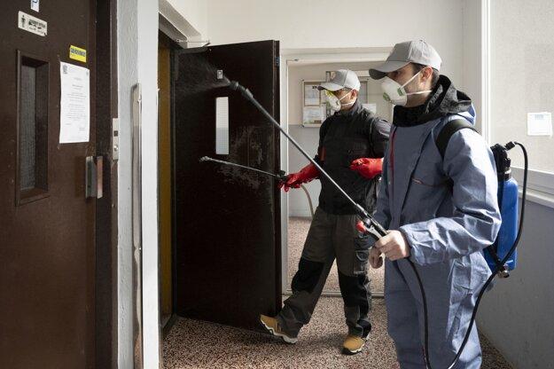 Preventívna dezinfekcia spoločných priestorov formou postreku, ktorá sa robí v dôsledku šírenia nového koronavírusu dvakrát týždenne v obytných domoch v bratislavskej mestskej časti Ružinov.
