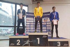 Tomáš Janíček z BK Lysá (v strede) vyhral beh na 1500 metrov.