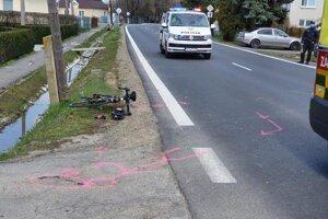 Cyklista šiel rovno, auto chcelo odbočiť.