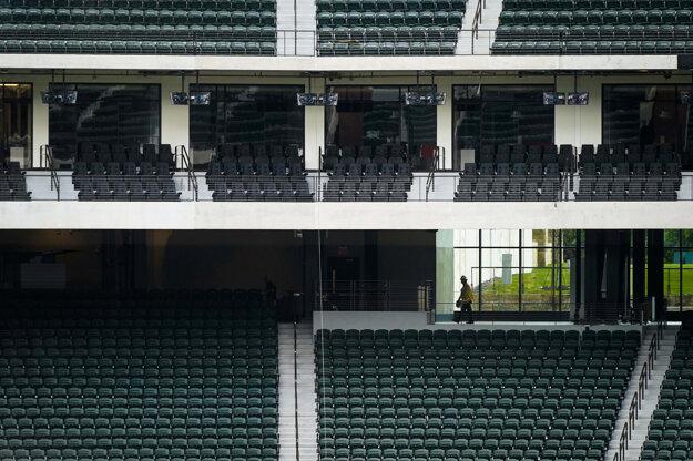 Zamestnanec kráča po prázdnom bejzbalovom štadióne Globe Life Field v americkom Arlingtone.