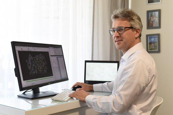 Martin Smieško robí výskum pri počítači.