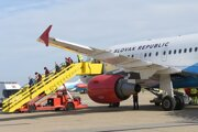 Airbus A319 a Fokker 100 dopravili z Dublinu a Helsínk spolu vyše 80 slovenských občanov na bratislavské letisko v pondelok 30. marca 2020.