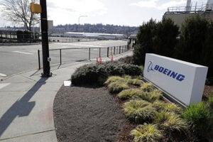 Prázdna vstupná cesta a prázdne parkovisko pred závodom americkej spoločnosti Boeing v meste Renton v americkom štáte Washington.