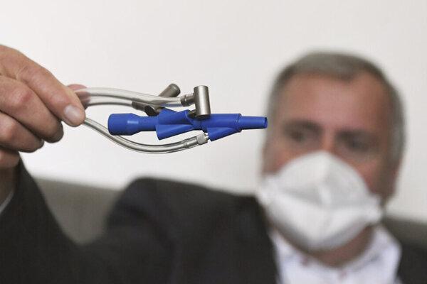 Pavol Török, zástupca prednostu pre pedagogickú činnosť Kliniky anestéziológie a intenzívnej medicíny VÚSCH, a. s. a UPJŠ LF, spoluriešiteľ projektu DSV VYMUVEP Výskum pokročilých metód UVP, autor metódy pľúcnej ventilácie PMLV.