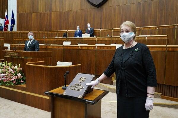Anna Záborská pri skladaní poslaneckého sľubu.