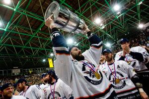 Košičania oslavujú titul po víťazstve v šiestom finálovom stretnutí v sezóne 2008/2009 na ľade Skalice.
