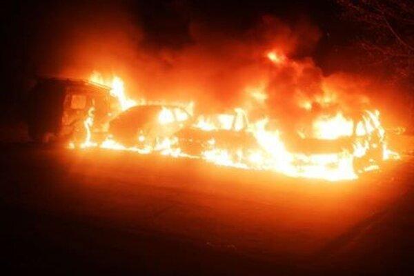 Plamene šľahali zo všetkých áut.