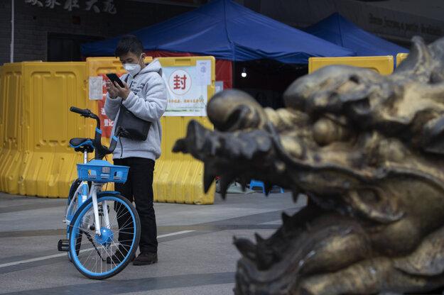 Muž s ochranným rúškom v čínskom meste Wu-chan, kde vlani epidémia vypukla. Za posledných 24 hodín tu nepribudol žiadny prípad nákazy.