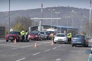 Kontrola na hraničnom priechode Berg pri vstupe na územie Slovenska.
