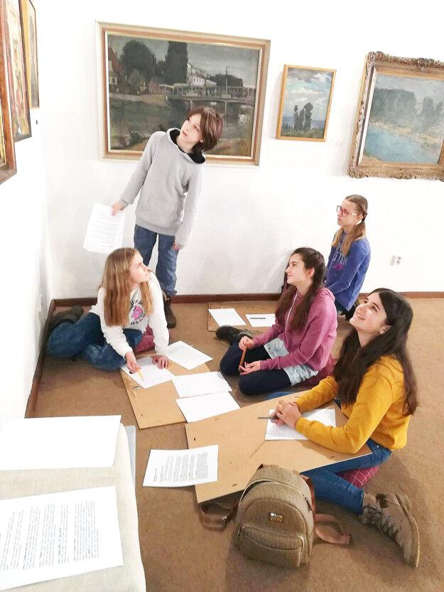 Žiaci školy v miestnej galérii.