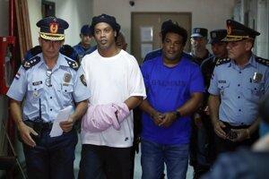 Ronaldinho (v bielom tričku) so svojím bratom (v modrom tričku).