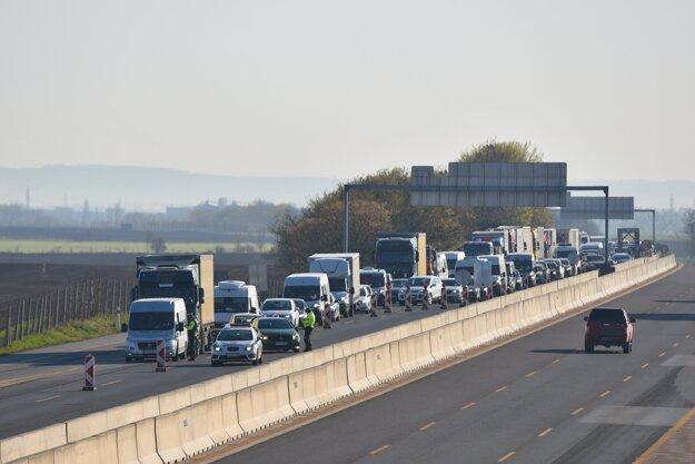 Dopravná zápcha z dôvodu kontroly pohybu osôb políciou na diaľnici D1 smerom z Trnavy do Bratislavy.