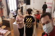 Študenti Fakulty bezpečnostného inžinierstva Žilinskej univerzity vytvorili miestny spolok Slovenského červeného kríža a venujú sa nielen šitiu rúšok, ale aj meraniu teploty pri vstupe do žilinskej nemocnice či distribúcii potravinovej pomoci sociálne slabším občanom.