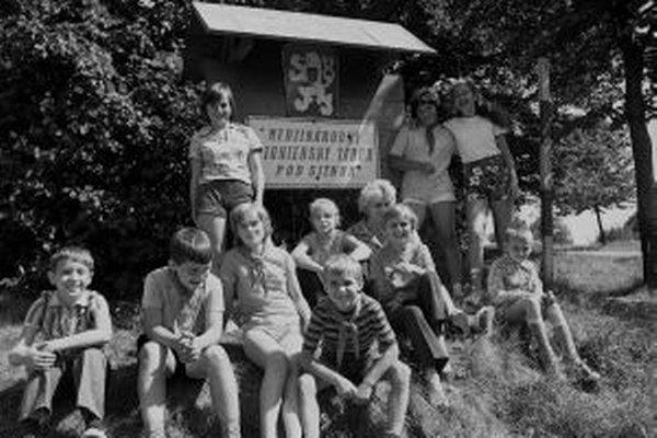 Na archívnej snímke zo 16. augusta 1973 prázdniny v medzinárodnom pionierskom tábore pod Sitnom pri Počúvalskom jazere. Vo dvoch turnusoch sa v tento rok vystriedalo 194 pionierov z PĽR, Islandu, NDR, BĽR, MĽR, VDR a ČSSR.