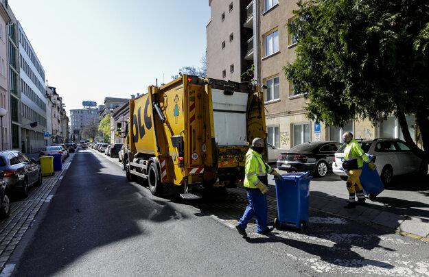 Pracovníci spoločnosti OLO odvážajú komunálny odpad, triedený papier, zo smetných nádob v uliciach Starého mesta v Bratislave.