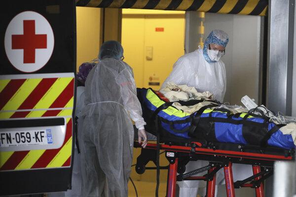 Prevoz pacienta do nemocnice vo francúzskom meste Rennes.