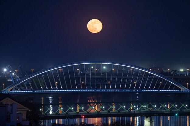 Pohľad na ružový supermesiac nad Mostom Apollo v Bratislave.