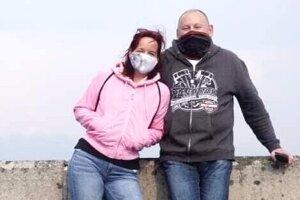 Ona pracuje v potravinách, on sa stará o deratizáciu, dezinsekciu a dezinfekciu priestorov. Obaja stále pracujú a v týchto pohnutých časoch sú ich profesie mimoriadne potrebné. Manželia Radoslav a Andrea Krajčiovci z Liptovského Mikuláša.